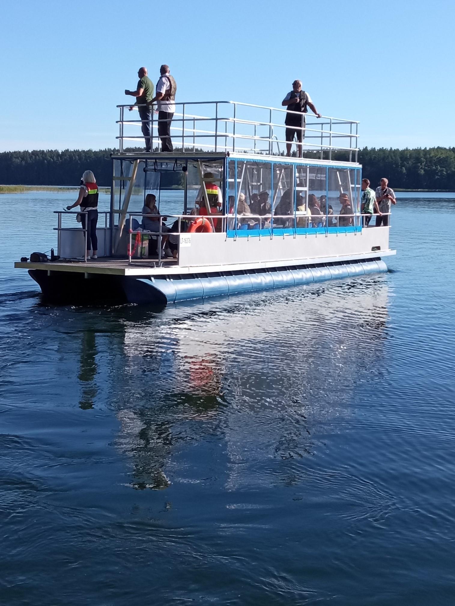 Pažintinė kelionė naujuoju katamaranu Baltųjų Lakajų ežeru